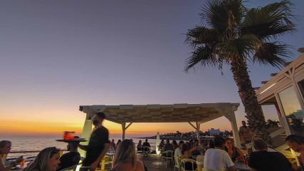 Bar mit Leuten beim Sonnenuntergang am Meer - Hinterland von Salento