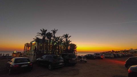Sonnenuntergang am Meer mit Strandbar und Palmen - Hinterland von Salento