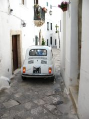 Fiat 500 in den Gassen von Ostuni mit Trulli Häusern - Hinderland von Salento