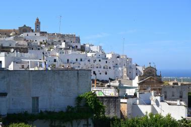 Blick aus der Ferne auf Trulli Häuser in Alberobello - Hinderland von Salento