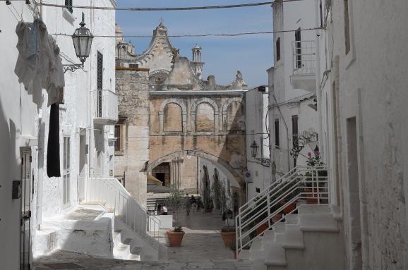 Gasse mit Blick auf die Kirche in Alberobello - Hinderland von Salento
