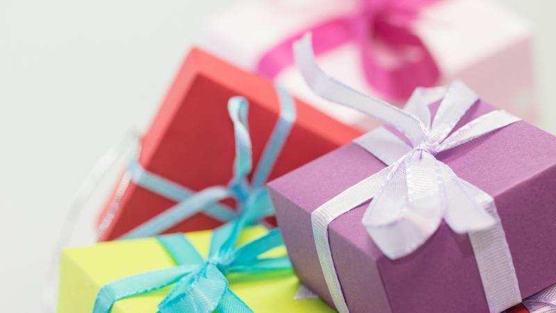 Geschenke Tipps für Camper - bunte Geschnek Pakte mit Schleifen - MYSMALLHOUSE.de