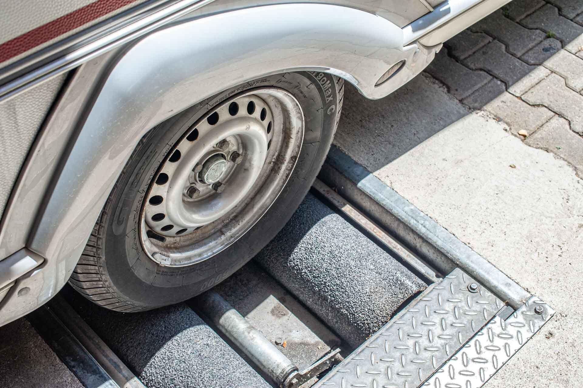 Wohnwagen Rad auf einem Bremsenpüfstand - Wohnwagen-Bremsen quietschen
