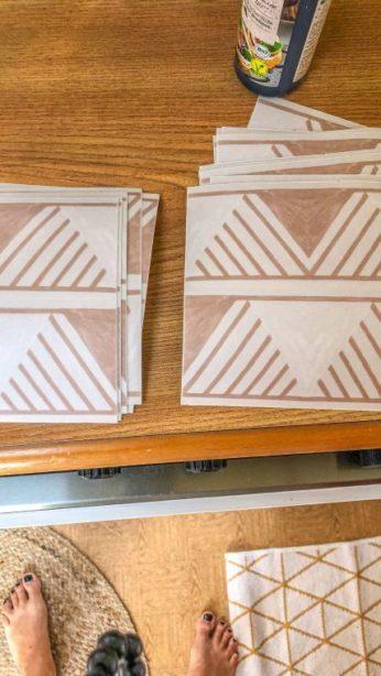 Caravan Makeover - Tictiles für die renovierte Küchenzeile