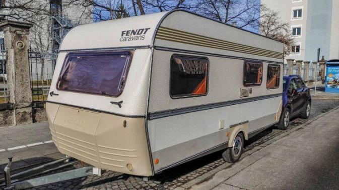 Caravan Makeover - original Zustand des Retro Fendt 495 T Favorit Wohnwagens - in einer Parkbucht am Straßenrand in München