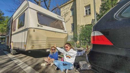 Caravan Makeover - original Zustand des Retro Fendt 495 T Favorit Wohnwagens - Kinder vor dem Wohnwagen