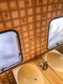 Caravan Makeover - Umbau des Bads - alte Folierung und crme farbenes Klapp Waschbecken mit braunem Wasserhahn - voll Retro