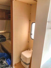 Caravan Makeover - Umbau des Bads - Abziehen der alten Folierung