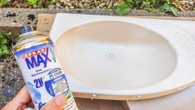 Caravan Makeover - das ausgebaute Kunststoff Waschbecken wird mit 2K Lack weiß gespritzt