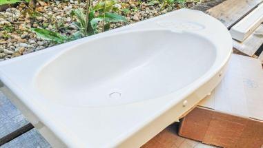 Caravan Makeover - das neu weiß gespritzte Kunststoff Waschbecken in weiß