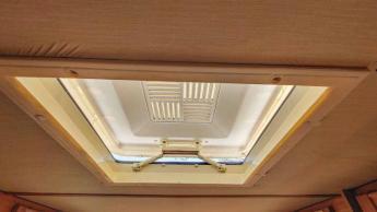 Caravan Makeover - das alte Dachfenster war vergilbt und undicht