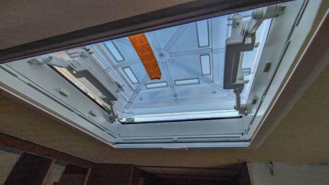 Caravan Makeover - das neue Dachfenster passte genau und war viel schöner - Wasserschaden beseitigt
