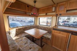 Caravan Makeover - original Zustand des Retro Fendt 495 T Favorit Wohnwagens - Küchenzeile und Sitzecke in Vollholz