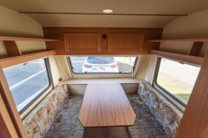 Caravan Makeover - original Zustand des Retro Fendt 495 T Favorit Wohnwagens - Sitzgruppe hinten umbaubar zum Bett 140 cm