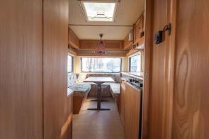 Caravan Makeover - original Zustand des Retro Fendt 495 T Favorit Wohnwagens - Küchenzeile und Sitzgruppe vorne
