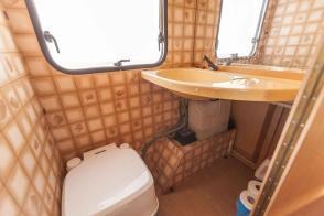 Caravan Makeover - original Zustand des Retro Fendt 495 T Favorit Wohnwagens - Toilette und klappbares Waschbecken