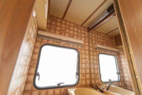 Caravan Makeover - original Zustand des Retro Fendt 495 T Favorit Wohnwagens - die Beklebung des Badezimmers
