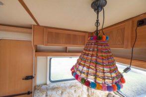 Caravan Makeover - original Zustand des Retro Fendt 495 T Favorit Wohnwagens- die Sitzgruppen Lampe