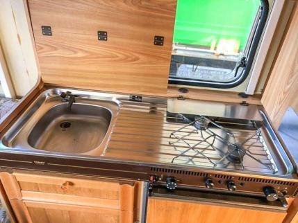 Caravan Makeover - die original Küchenzeile mit Spülbecken und zwei Gas Kochstellen