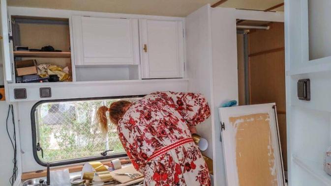 Caravan Makeover - Anbringen der Tictiles im Wohnwagen durch Steffi