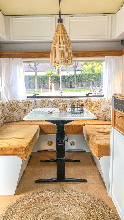 Caravan Makeover - neues Muster der Sitzpolster mit Blick auf die gesamte Sitzgruppe farblich abgestimmt