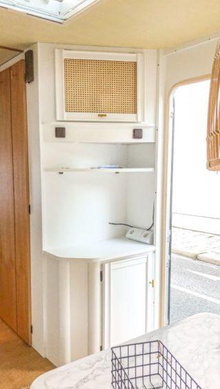 Caravan Makeover - Wiener Geflecht in der Fernsehecke im Wohnwagen