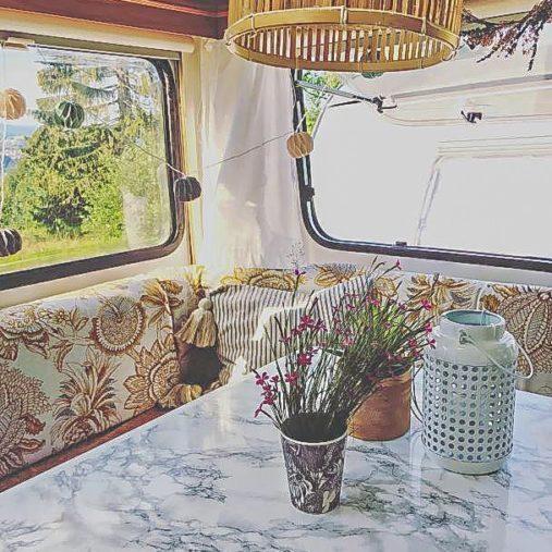Caravan Makeover - verfremdetes Bild er Deko der Essecke