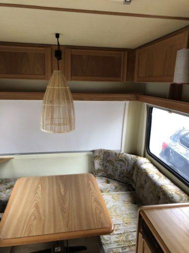 Caravan Makeover - altes Muster der Sitzpolster im noch nicht renovierten Wohnwagen