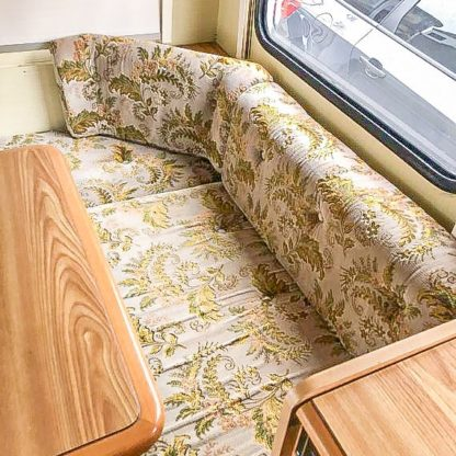 Caravan Makeover - altes Muster der Sitzpolster in der Sitzecke
