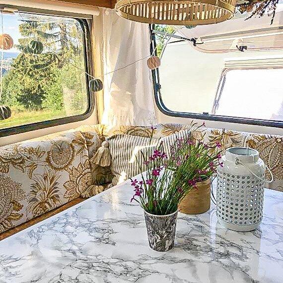 Wohnwagen und Caravan Makeover - Marmortisch - Dekoration auf dem Tisch - Blumen - Windlicht