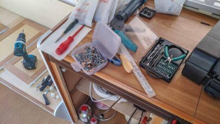 Caravan Makeover - Technik Umbau mit allem Werkzeug auf der Küchenplatte