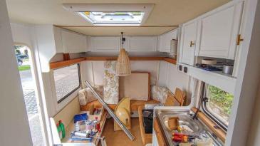 Caravan Makeover - fast fertig, Küche und Sitzgruppe im Wohnwagen
