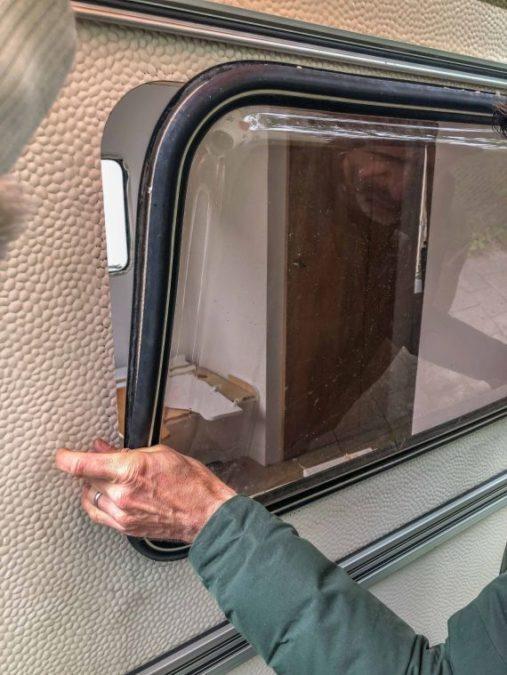 Caravan Makeover - Wohnwagen Fenster wird wieder in seinen Ausschnitt gesetzt
