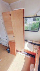 Caravan Makeover - Lackieren und Streichen des umbaubaren Schlafbereichs mit 2K Farbe in weiß