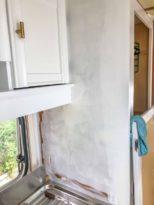 Caravan Makeover - Lackieren und Streichen von der Schrank Seitenwand - Renovierung