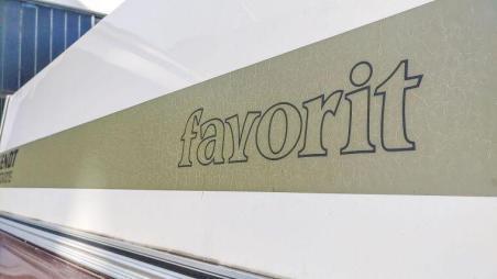 Caravan Makeover - der alte Fendt Favorit Schriftzug am Heck des Wohnwagens