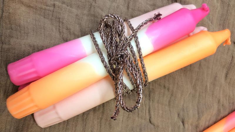 DIY Anleitung - DIP DYE Kerzen färben - braunes Tuch auf dem gefärbte DIP DYE Kerzen liegen