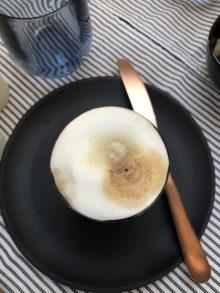 Camping Geschirr Tipps Miclcafe auf einem schwarzen Melamin Teller