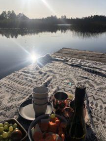 Camping Geschirr Tipps Becher und Teller auf einem Bootssteg