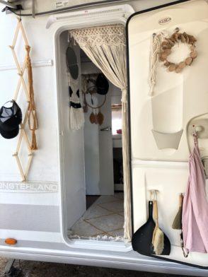 Wohnwagen und Caravan Makeover - Eingang vom Wohnwagen mit Makramee Vorhang und Dekoration - weiße Wände - Bohokranz