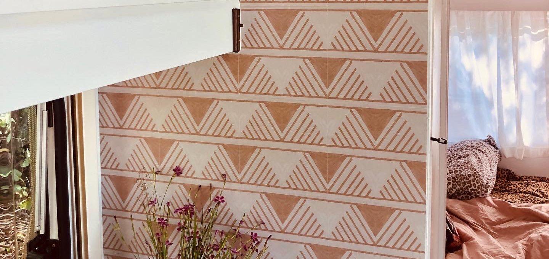 Wohnwagen und Caravan Makeover - geflieste Küchenwand in creme und weiß - mit Boho Muster - Dekoration im Wohnwagen