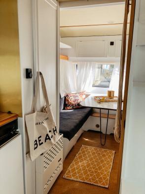 Wohnwagen und Caravan Makeover - Innenraum mit Küche und Sitzecke - weiße Wände - graue Sitzecke