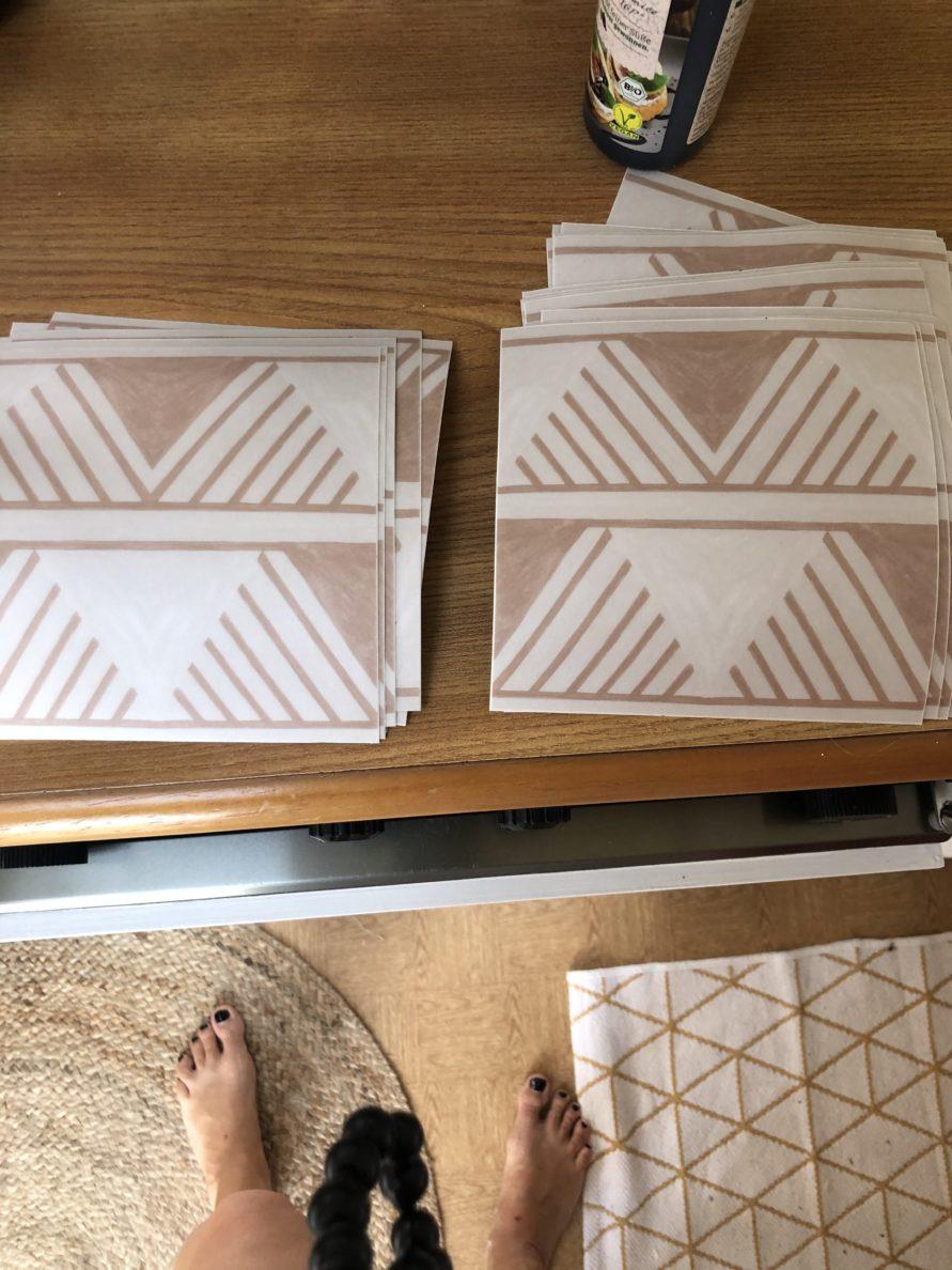 Wohnwagen und Caravan Makeover - Tic tile Fliesen zum Aufkleben an die Wand - Fliesen mit grafischen Boho Muster