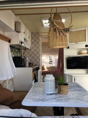 Wohnwagen und Caravan Makeover - Blick in den Wohnwagen - Korblampe- Boho - Dekoration - weiße Schränke