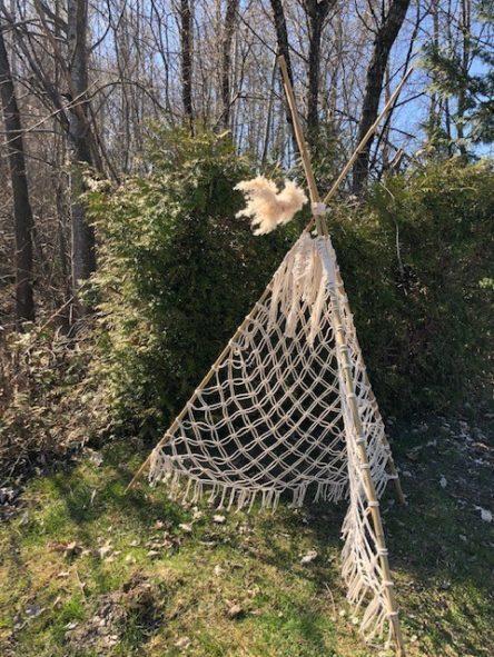 Makramee Tipi Zelt - Makramee Zelt im Garten vor einer grünen Hecke