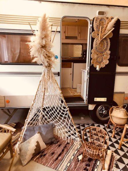 Makramee Tipi Zelt - Tipi Zelt vor Wohnwagen mit Boho Dekoration, Körben und Teppich