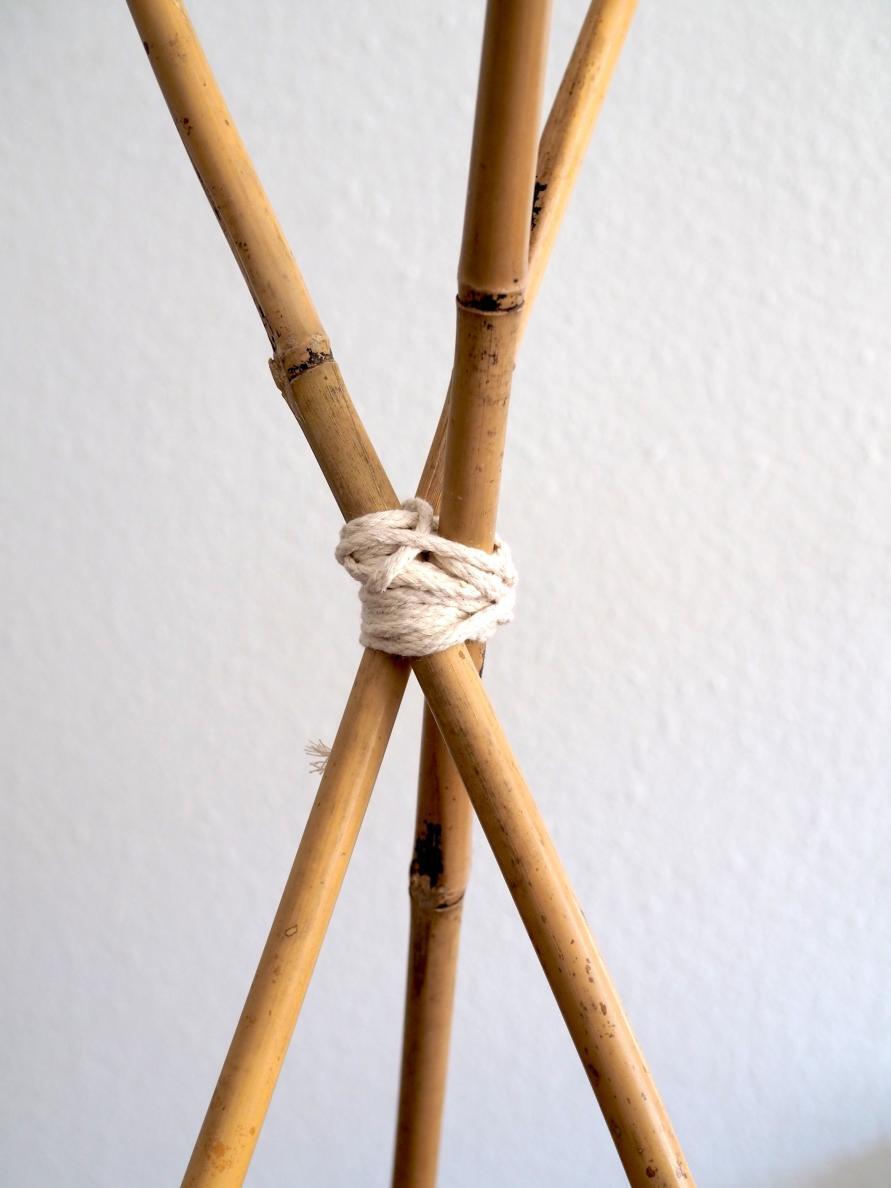 Makramee Tipi Zelt - drei Bambusstäbe mit 1 Meter Garn umwickelt, damit die Stäbe stehen