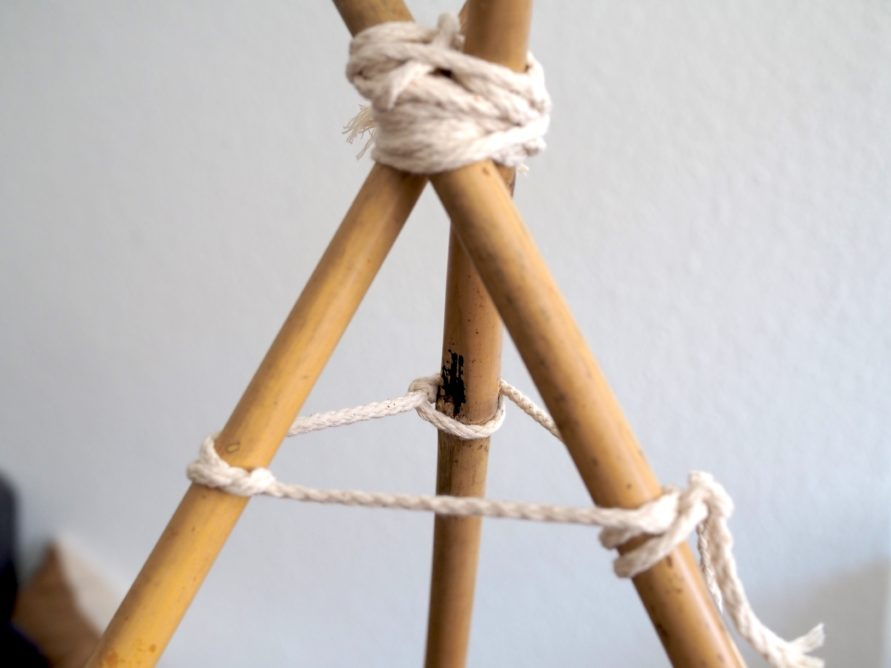 Makramee Tipi Zelt - Haltergarn an die 3 Bambusstäbe anbringen