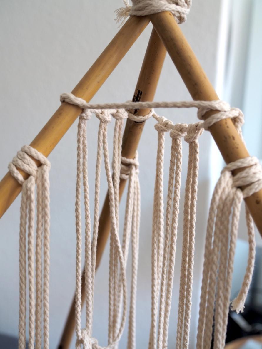 Makramee Tipi Zelt - 4 Seile an die vorderen Bambusstangen geknüpft