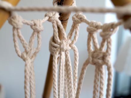 Makramee Tipi Zelt - Schlingknoten werden geknüpft für das Tipi Zelt